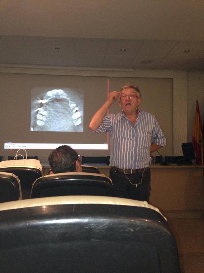 El Doctor Tinti durante su intervención.