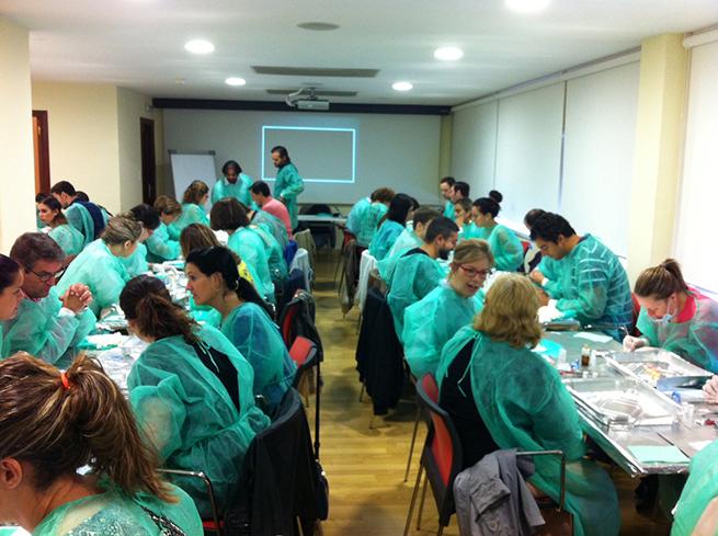 Alumnos del curso durante uno de los talleres del curso.