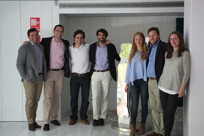 El Dr. Oteo y otros compañeros en el curso de formación en implantología