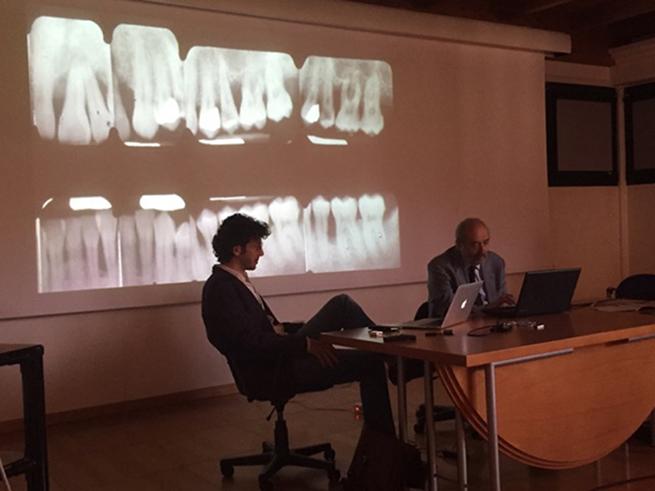 Los Dres. Sanctis y Vignoletti durante el tercer módulo del curso de Cirugía Plástica Periodontal y Periimplantaria en Italia.