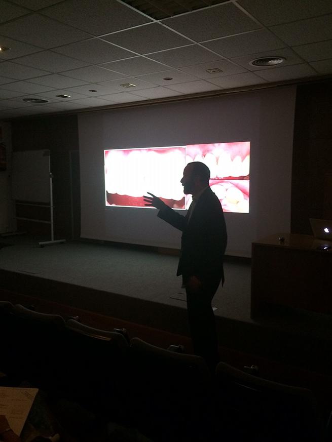 El Dr. Rodrigo de PerioCentrum durante el curso.