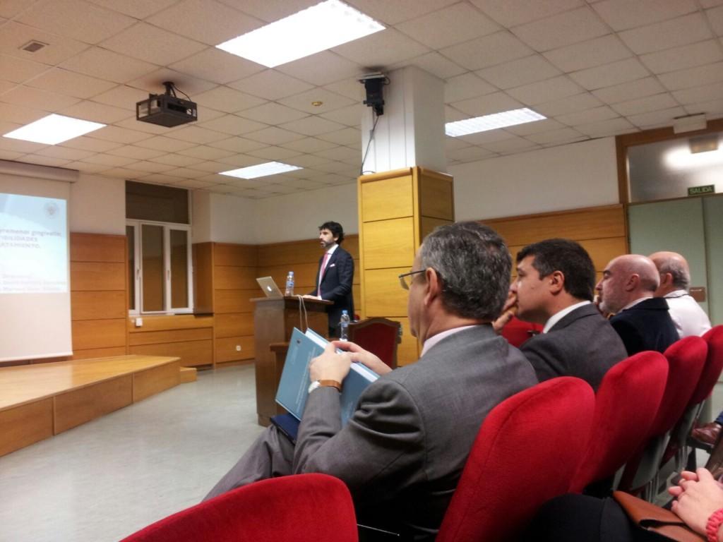 El Dr. Oteo durante la lectura de su tesis.