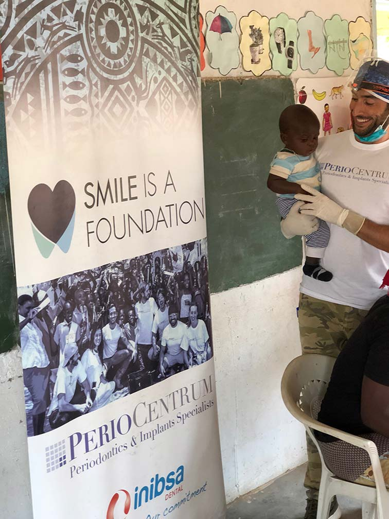 Conoce la labor solidaria de los doctores de PerioCentrum en Smile is a Foundation