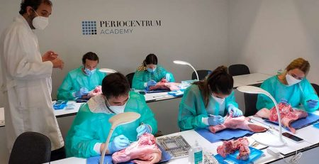 Cirugías periodontales y autotrasplantes; auténticos éxitos en las prácticas de los alumnos de primero y segundo del máster de Periodoncia e Implantes.